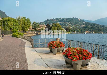 Lakeshore of Lake Como at Passeggiata Villa Olmo, Como, Italy | Seepromenade des Comer Sees (Passeggiata Villa Olmo), Como, Italien - Stock Image