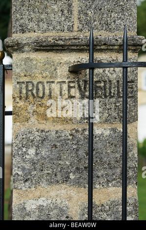 gate post chateau trottevieille saint emilion bordeaux france - Stock Image