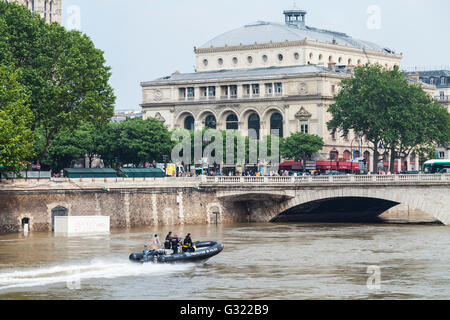 Paris, France. 06th June, 2016. Flood decrease, decrue de la Seine, Chatelet, police boat Paris, 06/06/2016 Credit: - Stock Image