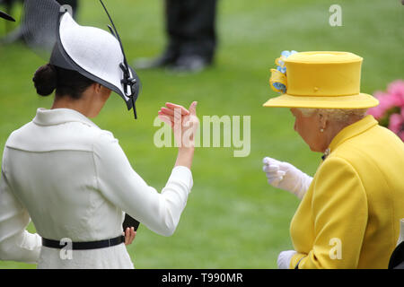 19.06.2018, Ascot, Windsor, UK - Queen Elizabeth the Second of England (right) and Meghan, Duchess of Sussex. 00S180619D824CAROEX.JPG [MODEL RELEASE:  - Stock Image