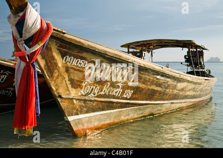 Thailand, Krabi, Ko Phi Phi Don. Long-tail boat at Hat Yao (Long Beach). - Stock Image