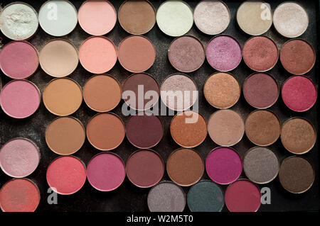 A palette of eyeshadow makeup in many rose and pink toned colors - Stock Image