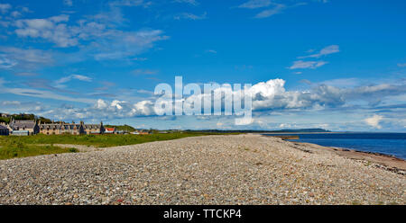 PORTGORDON MORAY SCOTLAND THE VILLAGE HOUSES OVERLOOKING THE EXTENSIVE BEACH WITH SEALS LYING ON THE SAND BELOW THE SHINGLE STONES - Stock Image