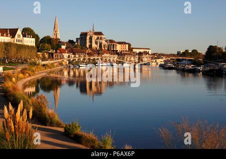 France, Bourgogne Franche Comte region (Burgundy), Yonne department, Auxerre, Saint Germain abbey and Yonne river - Stock Image