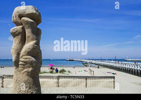 Sculpture group De verzoening by sculptor Willem Vermandere at Nieuport / Nieuwpoort, seaside resort along the North Sea coast, West Flanders, Belgium - Stock Image