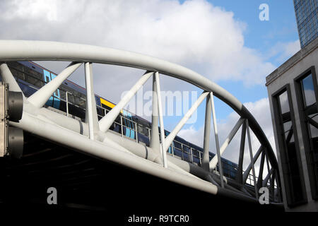 Train traveling on Viaduct Railway Bridge at London Bridge over Borough High Street in Southwark, South London England UK   KATHY DEWITT - Stock Image