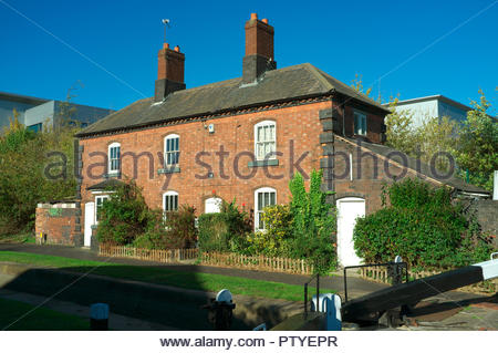 Cottages by the lock on the Tame Valley Canal, in Aston, Birmingham, West Midlands, UK. - Stock Image