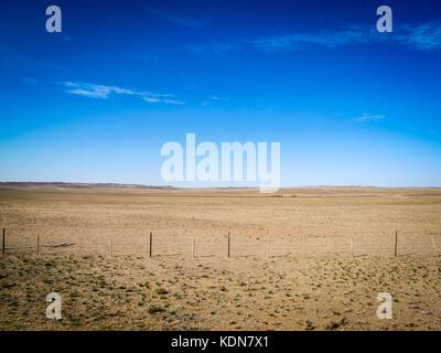ULAN-BATOR, MAI 20 : Paysage et caravane de chameaux vue du Transmongolien, le 20 mai 2010, Mongolie - Stock Image