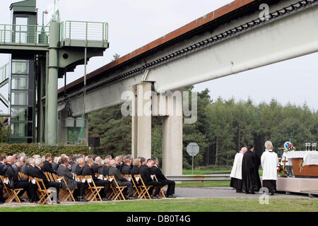 Priests Gerhard Ortmann (L) and Rainer Jenke (R) hold a oecumenical service in Lathen, Germany, 22 September 2007. - Stock Image