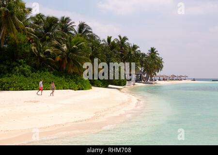 A couple walking on the beach, Veligandu Island Resort, Rasdhoo atoll, the Maldives Islands Asia - Stock Image