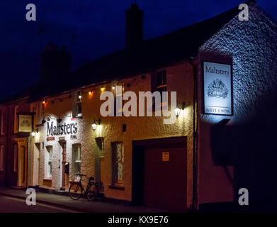 Maltsters Arms public house, Heybridge, Maldon, Essex, England, UK, exterior at night - Stock Image