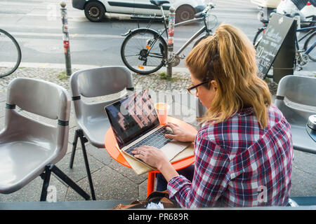 Woman on laptop - Stock Image