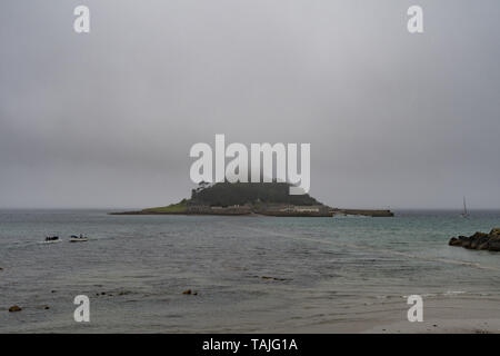 Marazion, Cornwall, UK. 26th May 2019. UK Weather.  A damp bank holiday Sunday, with mist obscuring the top of St Michaels Mount at Marazion. Credit Simon Maycock / Alamy Live News. - Stock Image