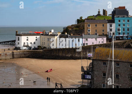 Colorful houses at Tenby harbor in Carmarthen Bay at low tide - Tenby in Pembrokeshire, south Wales in the United Kingdom. - Stock Image
