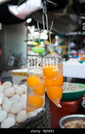 Kambodscha, Phnom Penh, Kandal Market, Markt der Armen, hier gibt es alles, Lebensmittel, Werkzeug und Ersatzteile sowie Kosmetik und einen Haarschnit - Stock Image
