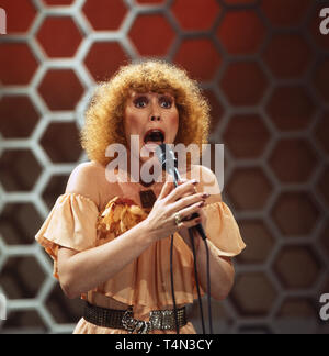 Larissa Schwarz, deutsche Sängerin, bei einem Auftritt in der Quizshow 'Dalli Dalli', Deutschland 1980er Jahre. German singer Larissa Schwarz performing at German TV quiz show 'Dalli Dalli', Germany 1980s. - Stock Image