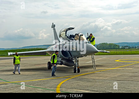 Ground staff doing maintenance work at a French Air Force Dassault Rafale B 4-FU SPA 81 fighter aircraft, Payerne military airfield, Switzerland - Stock Image