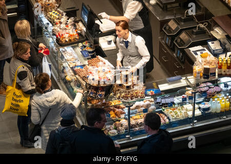 Shopping for chocolate at a Lindner shop in Berlin Alexa Shopping Mall on Alexanderplatz - Stock Image