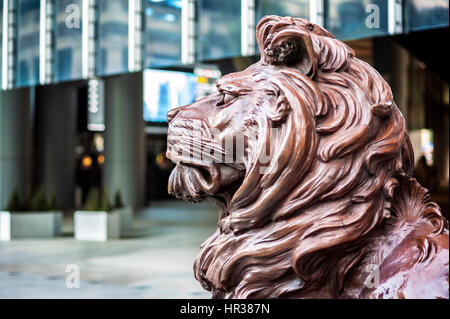 One of the two bronze lion statue at the entrance to the HSBC Hong Kong headquarters - Stock Image