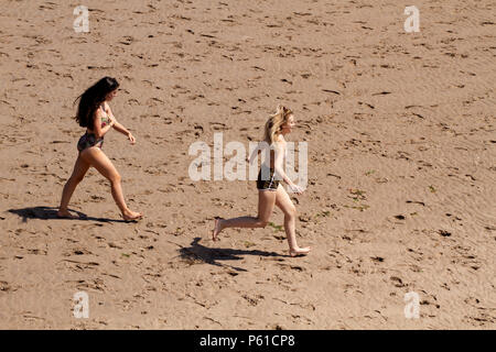 Dundee, Tayside, Scotland, UK. 28th June, 2018. UK weather: Young girls striding across the sand enjoying the hot sunny weather at Broughty Ferry beach in Dundee with temperatures reaching 30º Celsius. Credits: Dundee Photographics / Alamy Live News - Stock Image