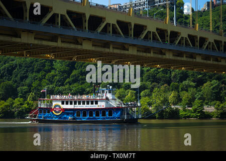 The Queen, a boat in the Gateway Clipper fleet, passes under the Fort Pitt Bridge, near Point State Park, Pittsburgh, Pennsylvania. - Stock Image