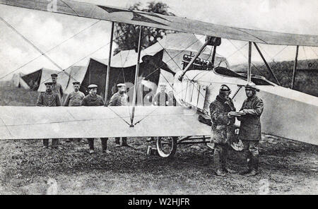 A GERMAN FLYER CONVERSING WITH commanding officer before mounting his observation plane ca. 1914-1918 - Stock Image