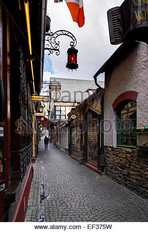 A lone man walks in early morning on Drosselgasse in Rüdesheim, in the Mittelrheintal, Germany. - Stock Image