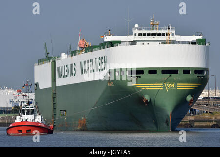 Porgy leaving Bremerhaven - Stock Image