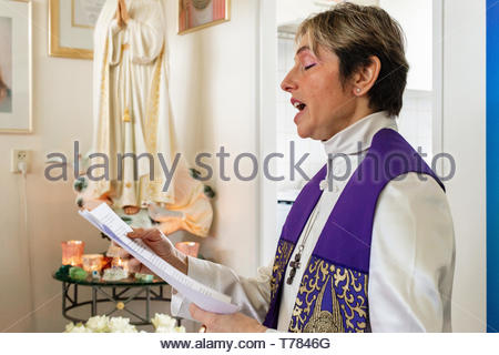 Dongen, Netherlands. Female 'Spiritual Leader', intermediate between angels and humans, performing a service she is giving to a coupe of followers and - Stock Image
