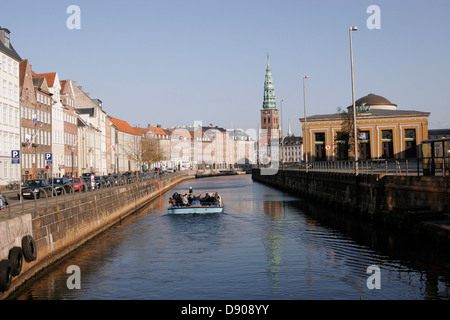 Tourist sightseeing boat on Gammel Strand canal with Nikolaj Kirke (Church) and Thorvaldsens museum on the background - Stock Image
