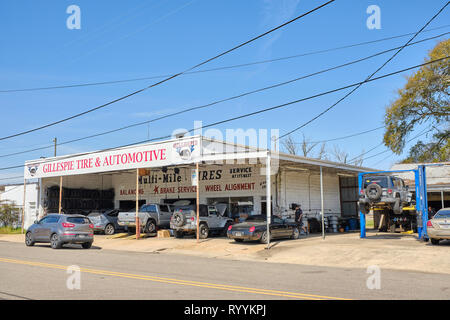 Small town garage, tire and automotive repair shop with outdoor bays in Prattville Alabama, USA. - Stock Image