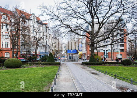 Viktoria-Luise-Platz is a hexagonal garden square designed by Fritz Encke in1910 in Schöneberg, Berlin.  The middle of the square has a fountain that  - Stock Image