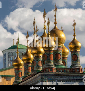 Gilt Onion Domes of the Kremlin's Terem Palace, Moscow, Russia - Stock Image