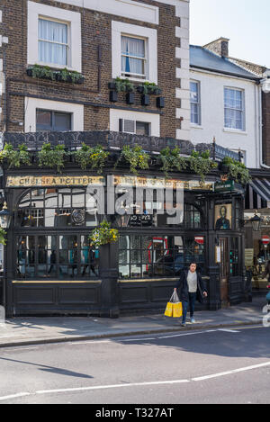 Exterior of The Chelsea Potter public house in King's Road, Chelsea, London, England, UK - Stock Image