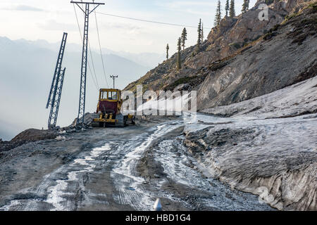 Trucks and cars on the road over Lowari Top in northern Pakistan - Stock Image