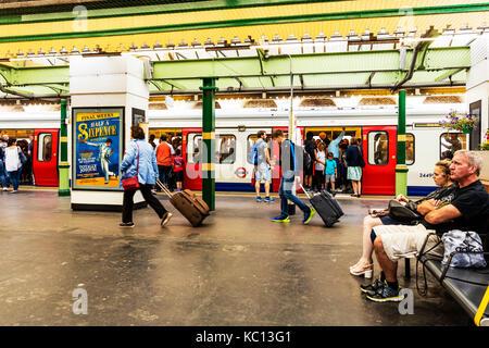 London underground, London tube, getting off London tube, Getting off London underground, London tube train, getting - Stock Image