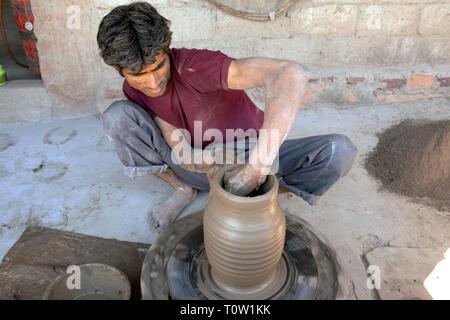 A man demonstrates traditional pottery in Kakani village, Jodhpur, Rajasthan, India. - Stock Image