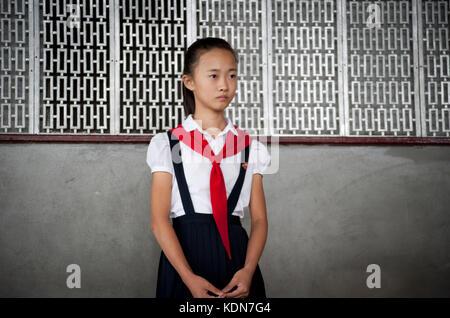 Portrait d'une jeune coréenne et guide pour touristes au palais des enfants de Pyongyang le 13 octobre 2012. - Stock Image
