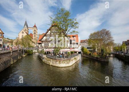 Neckar Kanäle, Kanalinsel mit Restaurant im Hintergrund die Stadtkirche in Esslingen - Stock Image