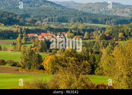 Farbenfrohe Herbstlandschaft im Naturpark Hersbrucker Schweiz, Bayern, Deutschland | Colorful Autumn Landscape with view over Hersbruck - Stock Image