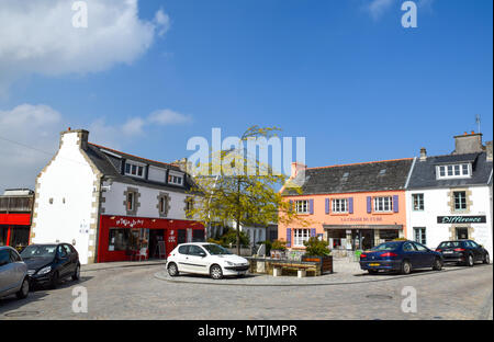 Restaurants serving gourmet food & an art gallery are clustered on a colourful corner in Carantec, Brittany, France. - Stock Image