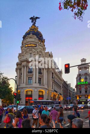 A twilight view of the famous Metropolis Building (Edifico Metrópolis) on the corner of Calle de Alcalá in the centre of Madrid, Spain. The building was inaugurated in 1911. Photo © COLIN HOSKINS. - Stock Image