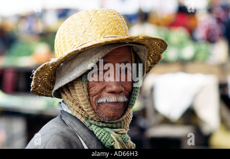PICTURE CREDIT DOUG BLANE Africa man in Madagascar Zoma Hell Ville street market French colonial city Antananarivo - Stock Image