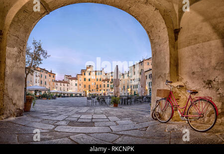Lucca, Italy. View of Piazza dell'Anfiteatro square through the arch - Stock Image