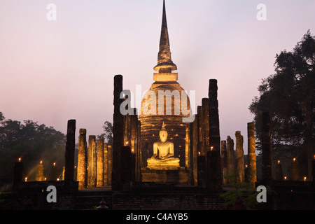 Thailand, Sukhothai, Sukhothai.  Ruins of Wat Sa Si (also known as Sacred Pond Monastery) lit during the festival - Stock Image