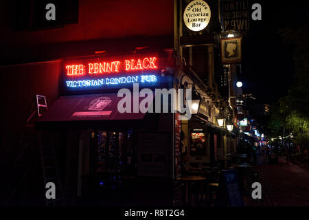 Drinking outside the Penny Black, a well known English style pub on Boat Quay, Singapore - Stock Image