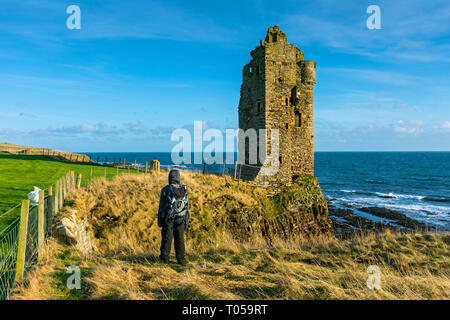 Keiss Castle, built by George Sinclair, 5th Earl of Caithness, in the late 16th or early 17th century.  Sinclair's Bay, Keiss, Caithness, Scotland, UK - Stock Image