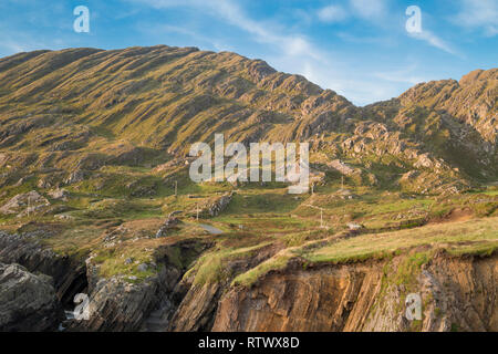 The Slieve Miskish Mountains in the Beara Peninsula, County Cork, Ireland, are composed of folded and tilted Devonian sedimentary rocks - Stock Image