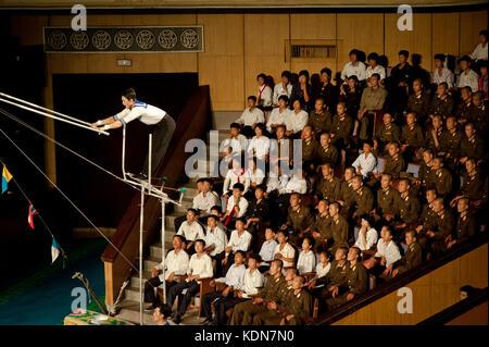 Spectateurs et acrobatie au cirque de Pyongyang le 14 octobre 2012. Spectators and circus acrobatics, Pyongyang - Stock Image