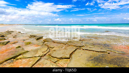 Sandstone shore at Cable Beach in Broome - Stock Image